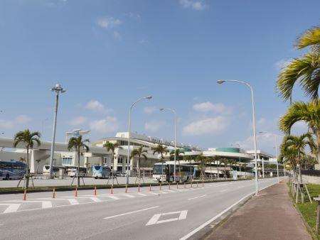 那覇空港前の道路から撮った写真